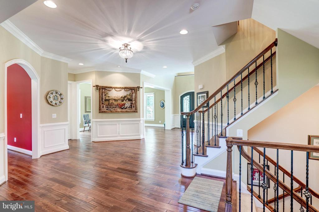 Main hall: detailed trim and staircase - 3001 WEBER PL, OAKTON