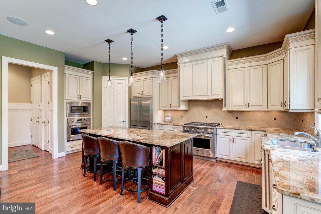 Gourmet Kitchen with glazed cabinets and granite - 3001 WEBER PL, OAKTON