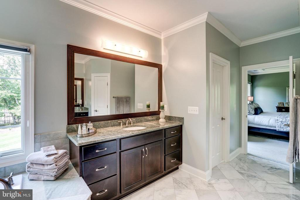 Double Vanities and separate water closet - 3001 WEBER PL, OAKTON