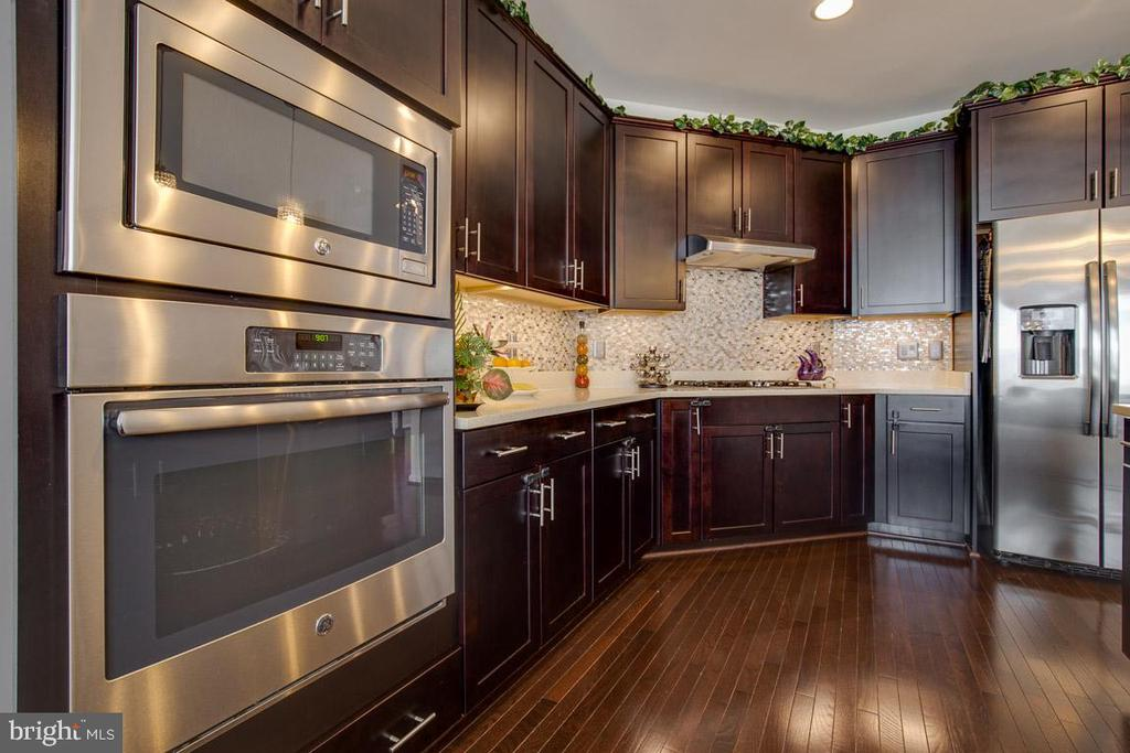 Kitchen features stainless steel appliances. - 24684 CAPECASTLE TER, ALDIE