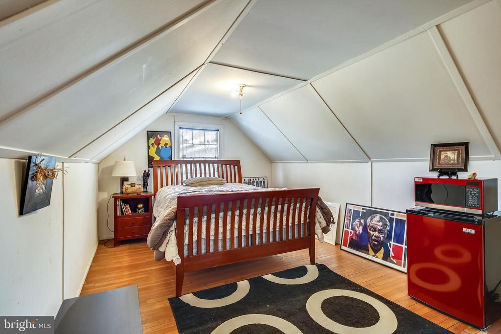 Large attic bedroom - 4040 19TH ST NE, WASHINGTON
