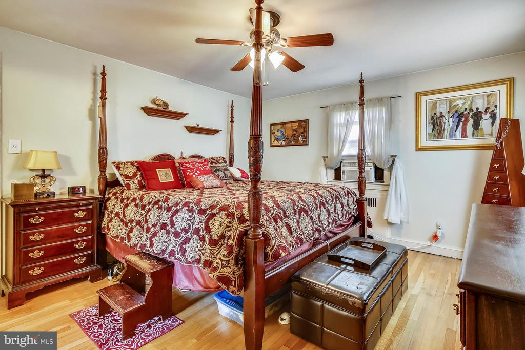 Spacious master bedroom - 4040 19TH ST NE, WASHINGTON