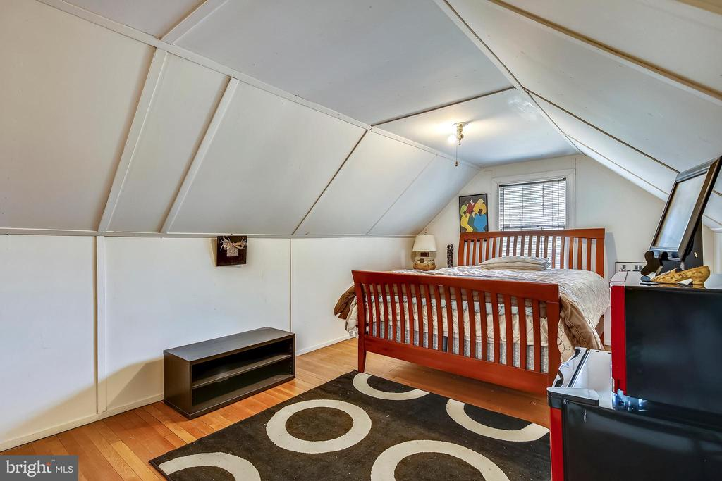 Upper level attic bedroom - 4040 19TH ST NE, WASHINGTON