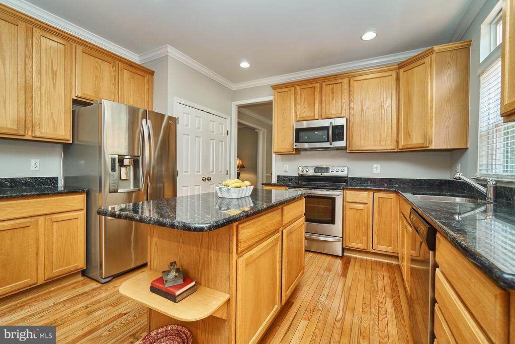 Kitchen center island & stainless steel appliances - 21284 HIDDEN POND PL, BROADLANDS