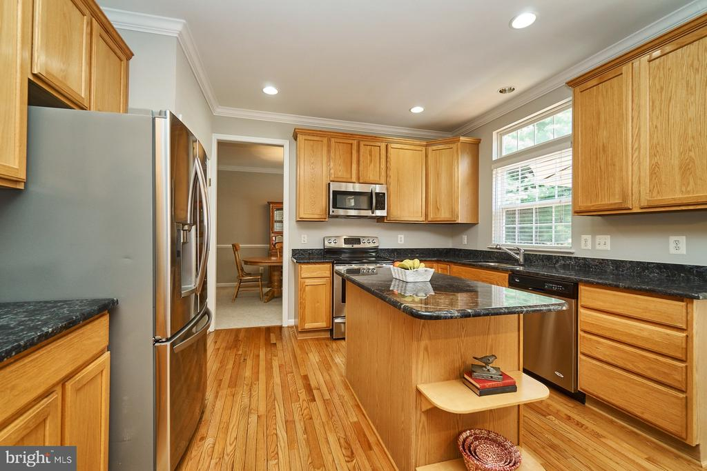 Gourmet kitchen w/granite counters & 42