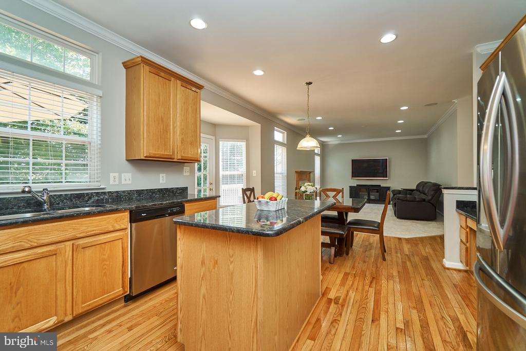 Kitchen also has beautiful hardwood flooring - 21284 HIDDEN POND PL, BROADLANDS