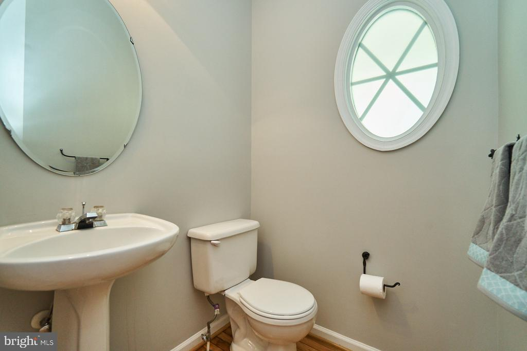 Main level powder room - 21284 HIDDEN POND PL, BROADLANDS