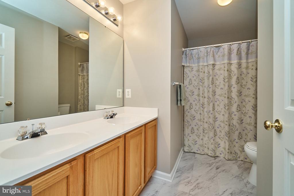 Upper hallway bath w/double vanity & new flooring - 21284 HIDDEN POND PL, BROADLANDS