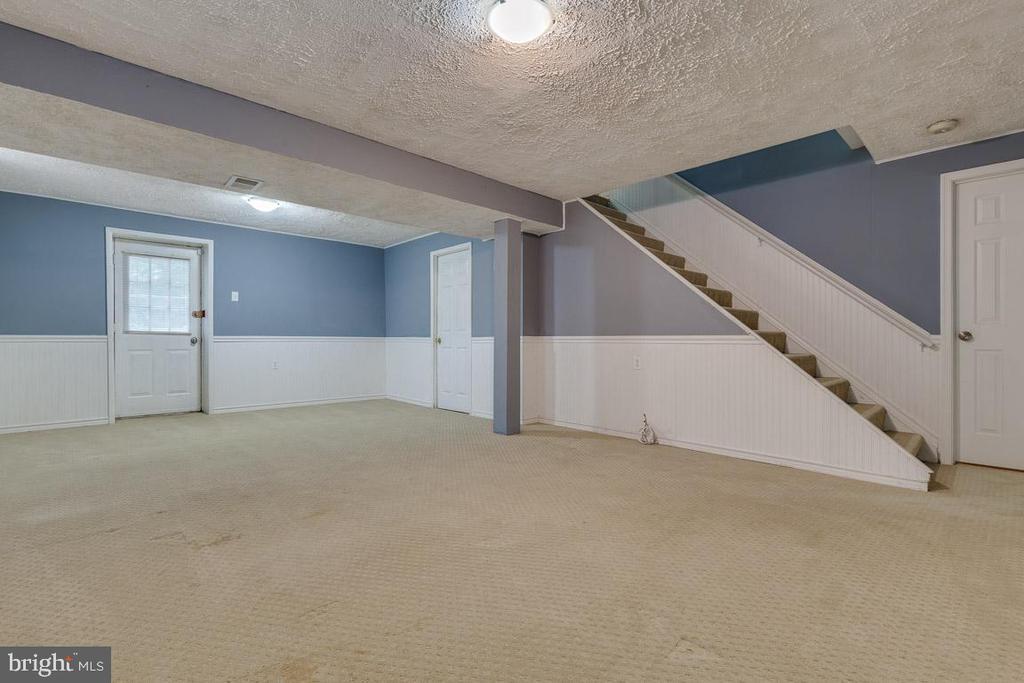 Basement recreation room with walk out basement - 8419 RAINBOW BRIDGE LN, SPRINGFIELD