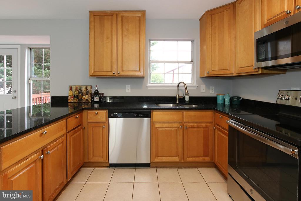 Ample Cabinet Space - 21872 MAYWOOD TER, STERLING