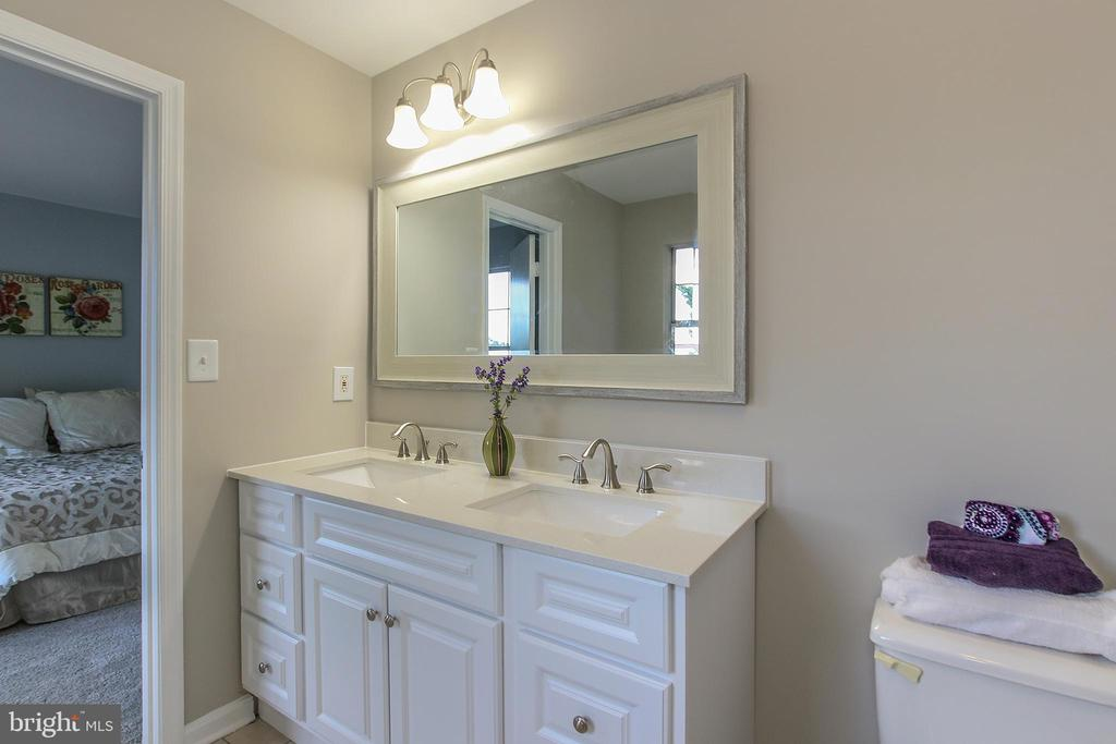Attached, Beautifully Updated Master Bath - 21872 MAYWOOD TER, STERLING