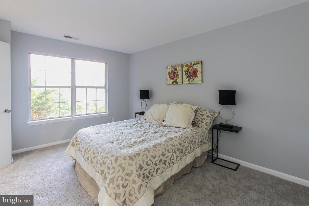 3 Generously sized Bedrooms on Top Level - 21872 MAYWOOD TER, STERLING