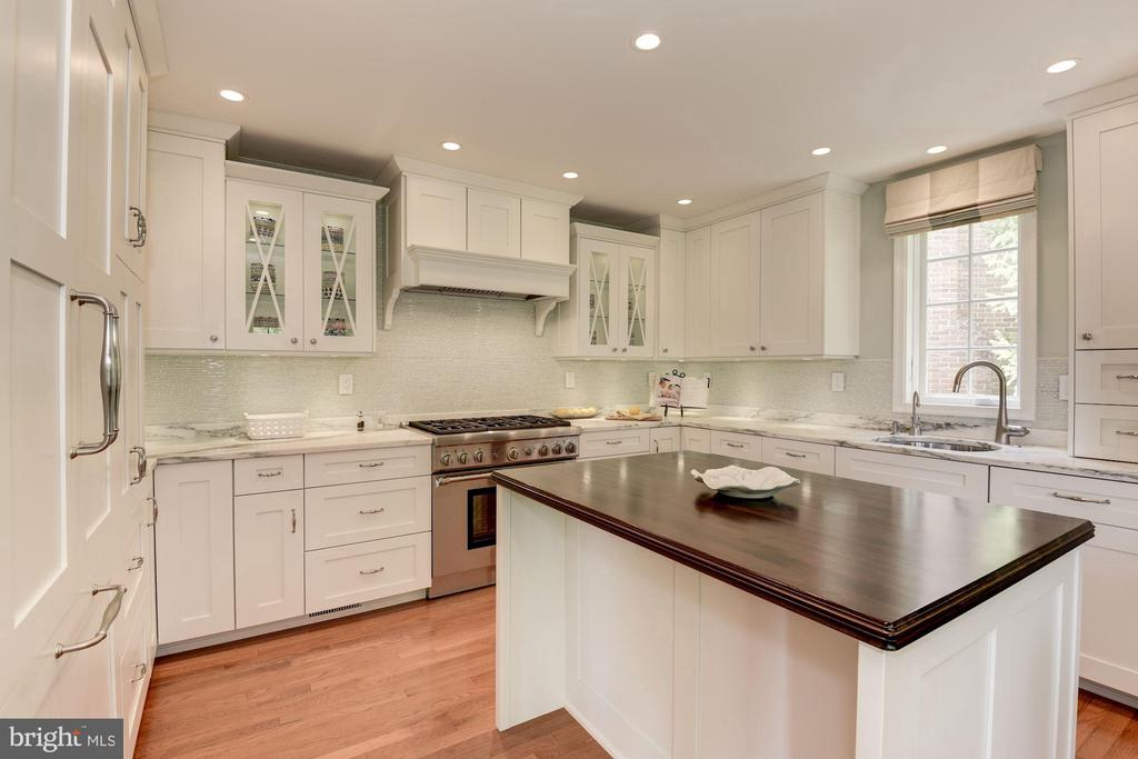 Large center island with wood block counter - 1739 N WAKEFIELD ST, ARLINGTON