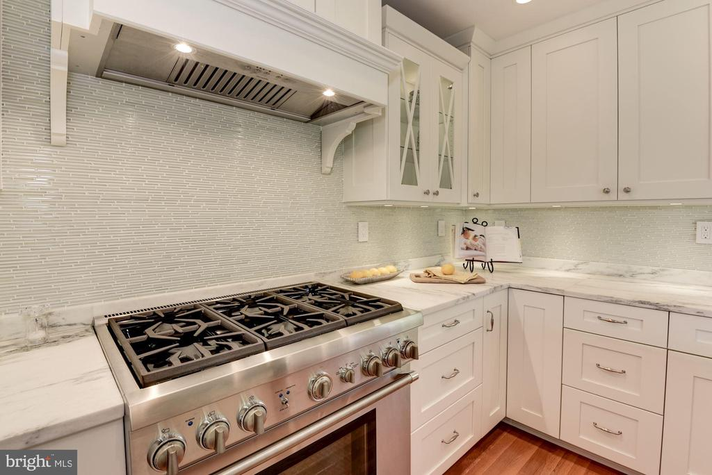 Thermador 6-burner cooktop and vent hood - 1739 N WAKEFIELD ST, ARLINGTON