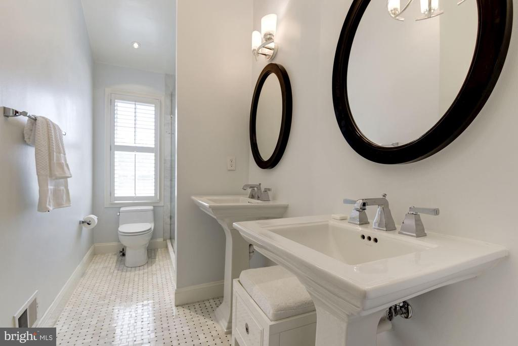 Spa-light MBA with two pedestal sinks - 1739 N WAKEFIELD ST, ARLINGTON