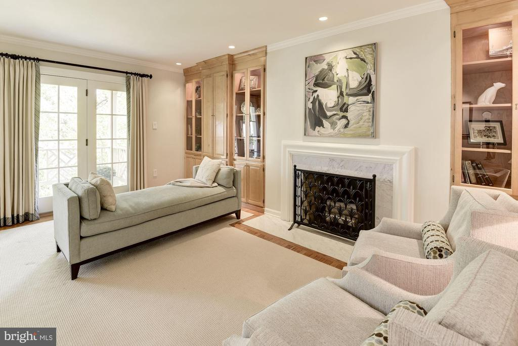 LR with custom built-ins and fireplace - 1739 N WAKEFIELD ST, ARLINGTON