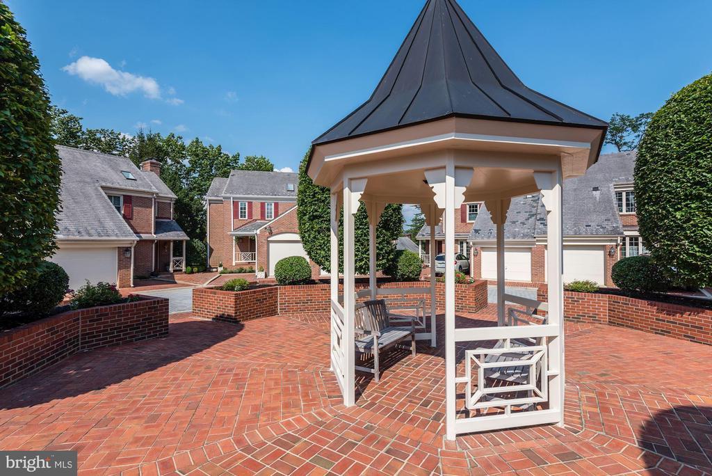 Community courtyard - 1739 N WAKEFIELD ST, ARLINGTON