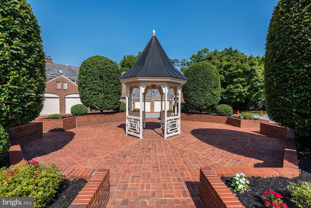 Gazebo and landscaping in common area - 1739 N WAKEFIELD ST, ARLINGTON