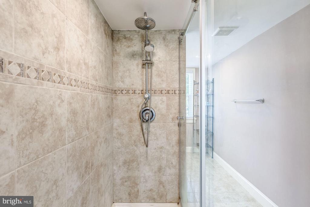 Double shower! - 301 E MARSHALL ST, MIDDLEBURG