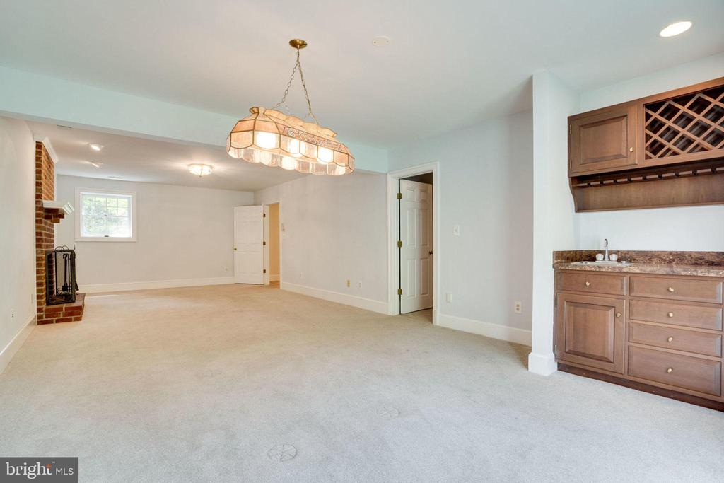 Walk out lower level - 9496 LYNNHALL PL, ALEXANDRIA