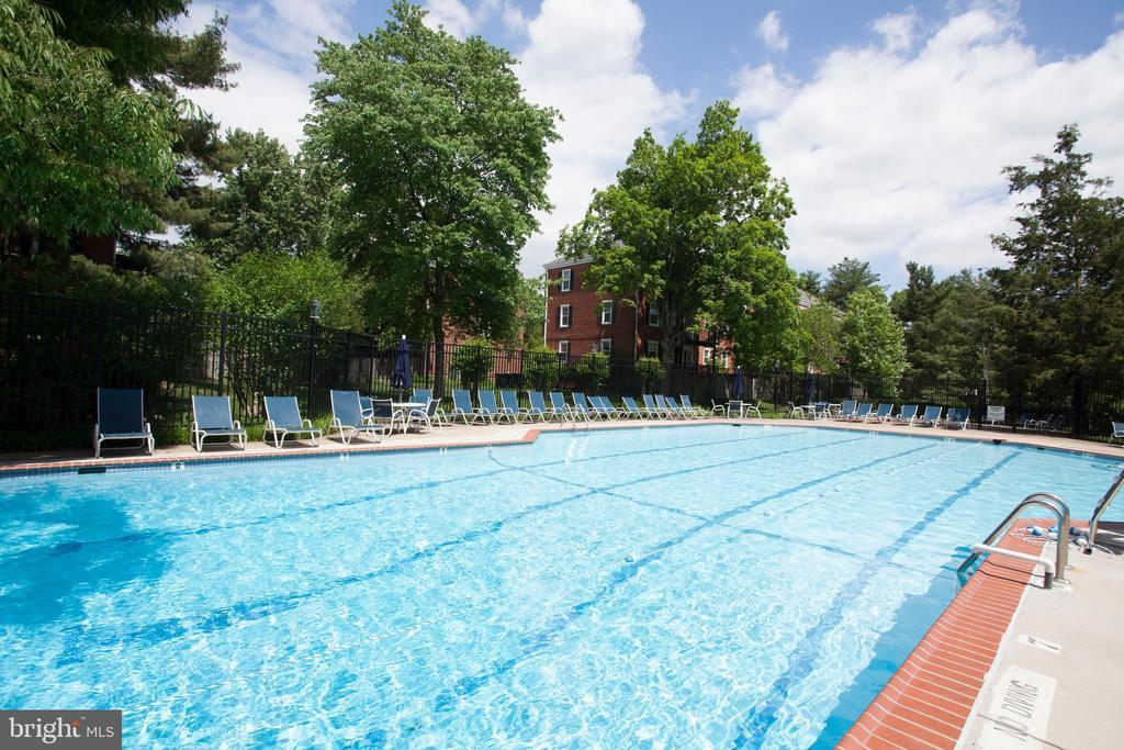 Fairlington amenities include 6 pools! - 3021 S BUCHANAN ST, ARLINGTON