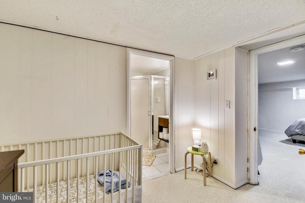 W/ en-suite full bathroom - 3021 S BUCHANAN ST, ARLINGTON