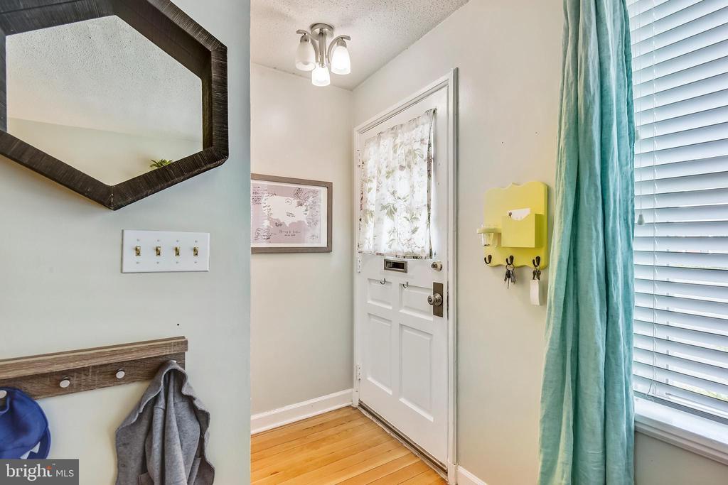 Inviting foyer, with coat closet - 3021 S BUCHANAN ST, ARLINGTON