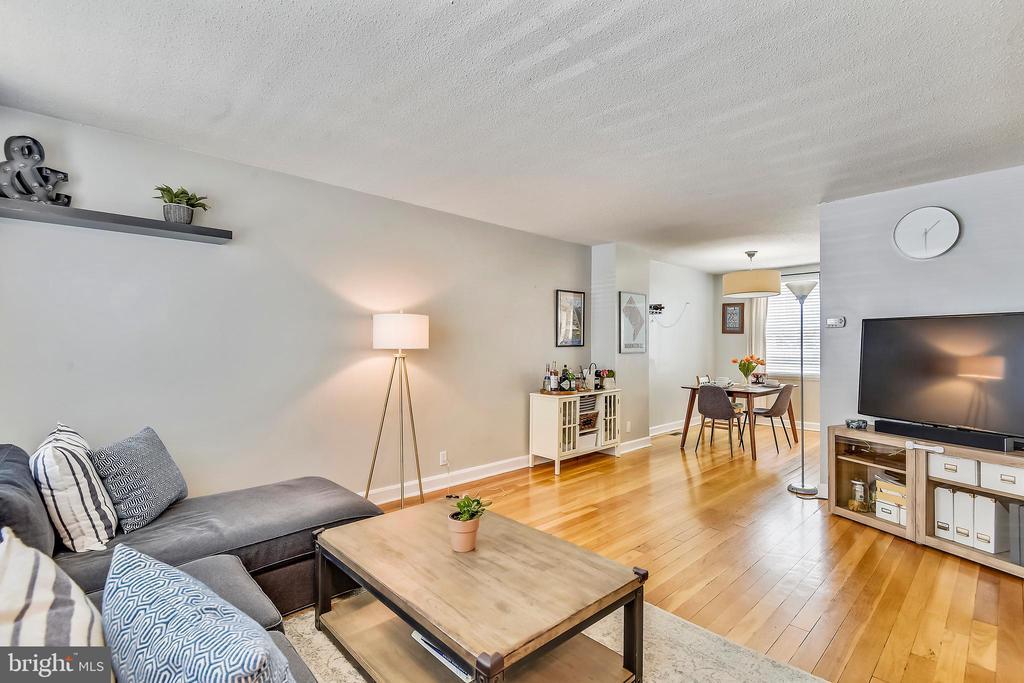 Spacious living room w/ gleaming hardwood floors - 3021 S BUCHANAN ST, ARLINGTON