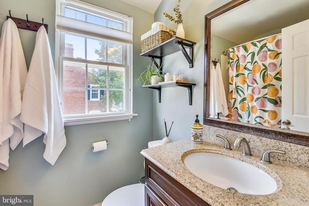 W/ upgraded vanity & tile! - 3021 S BUCHANAN ST, ARLINGTON