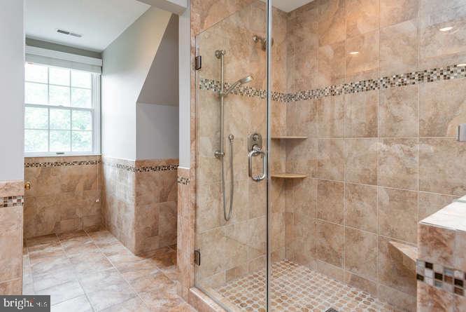 Glass shower with seat and customizable showerhead - 30 BRIDGEPORT CIR, STAFFORD