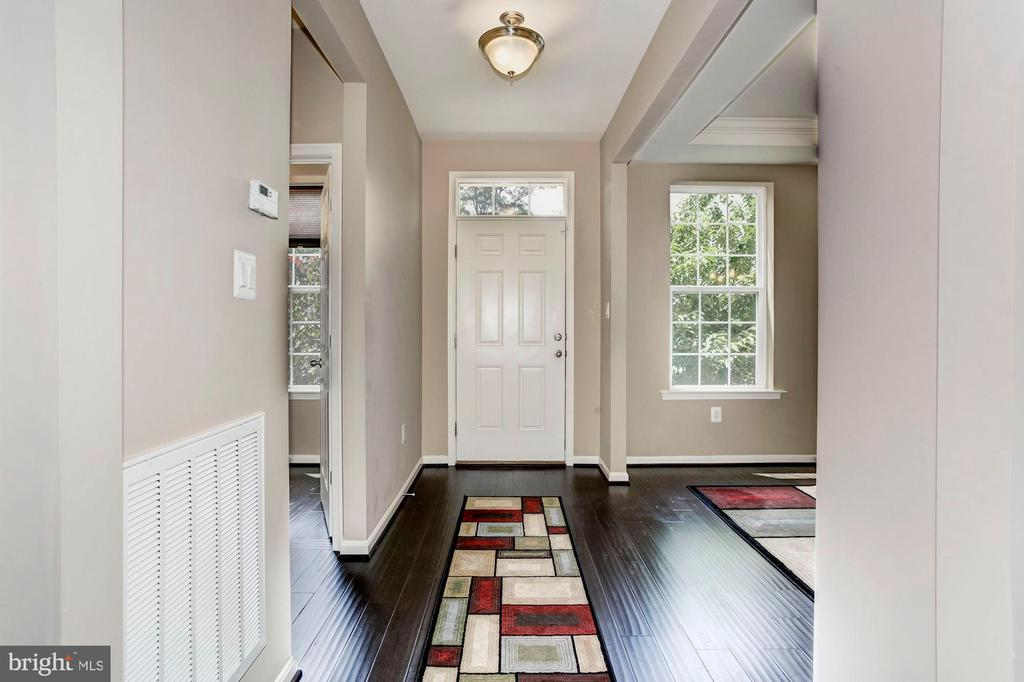 FOYER - HARDWOOD FLOORS & OVERHEAD LIGHTING - 8717 LIBEAU DR, MANASSAS