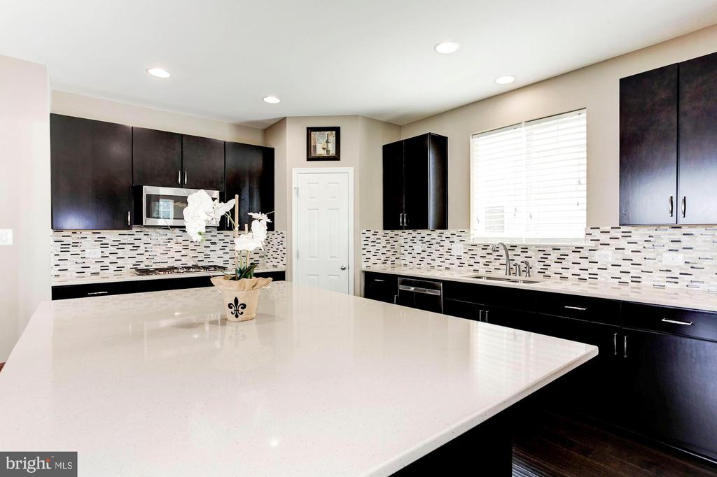 KITCHEN - NATURAL STONE BACK SPLASH! - 8717 LIBEAU DR, MANASSAS