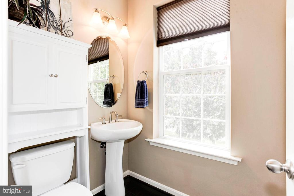 HALF BATHROOM ON THE MAIN LEVEL OF THE HOUSE - 8717 LIBEAU DR, MANASSAS