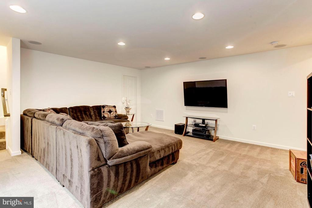 FAMILY ROOM - RECESS LIGHTING! - 8717 LIBEAU DR, MANASSAS