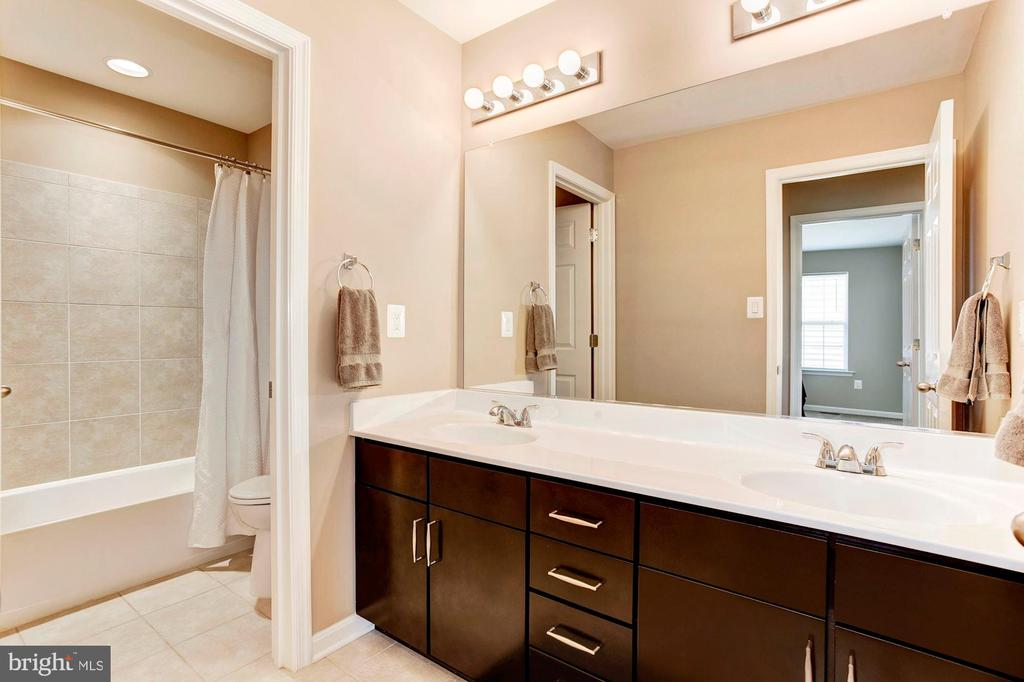 FULL BATHROOM #2 - DUAL SINKS! - 8717 LIBEAU DR, MANASSAS