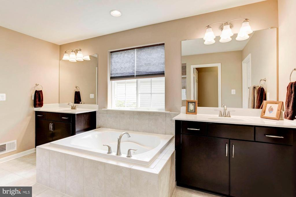 MASTER BATHROOM - DUAL SINKS & VANITIES - 8717 LIBEAU DR, MANASSAS