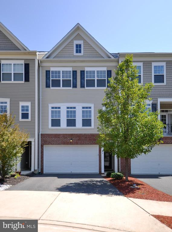 Welcome Home!  3 Level Townhome w/ 2-Car Garage - 41 NIDAY DR, STAFFORD