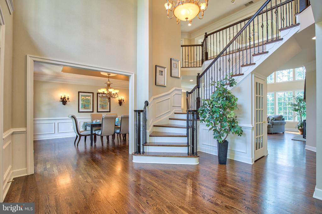 Inviting main foyer with newly refinished flooring - 43535 FIRESTONE PL, LEESBURG