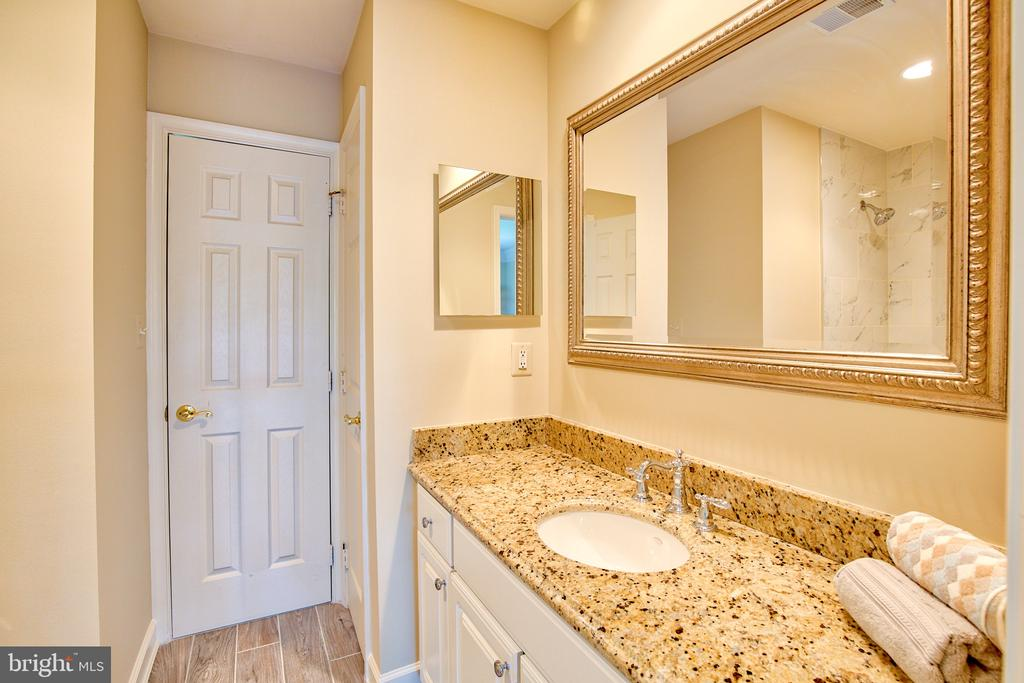 Jack and Jill Bath between Bed 1 & 2 - 43535 FIRESTONE PL, LEESBURG