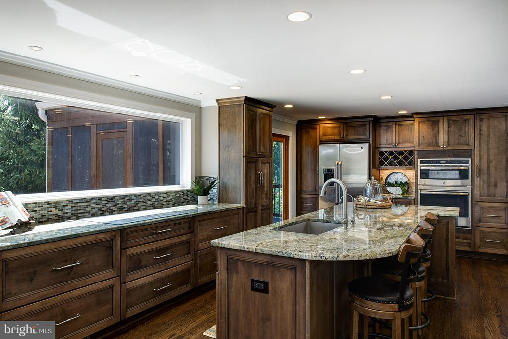 Custom kitchen - 909 CANTLE LN, GREAT FALLS