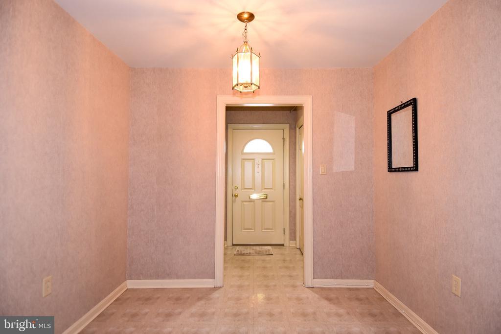Entryway/Foyer - 611 4TH PL SW, WASHINGTON