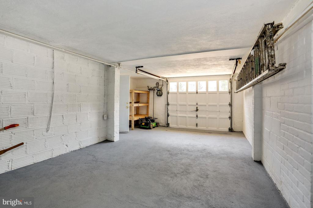 Garage with freshly painted floor - 3211 19TH ST N, ARLINGTON