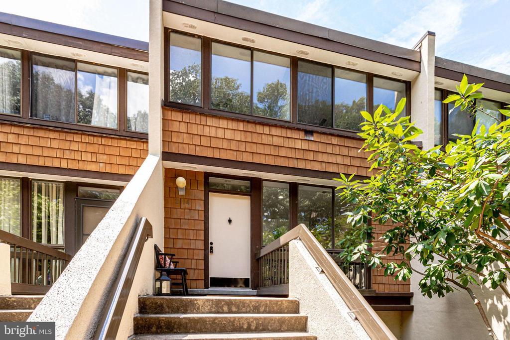 Condo located in Concord Mews - 2114 S QUINCY ST #2, ARLINGTON
