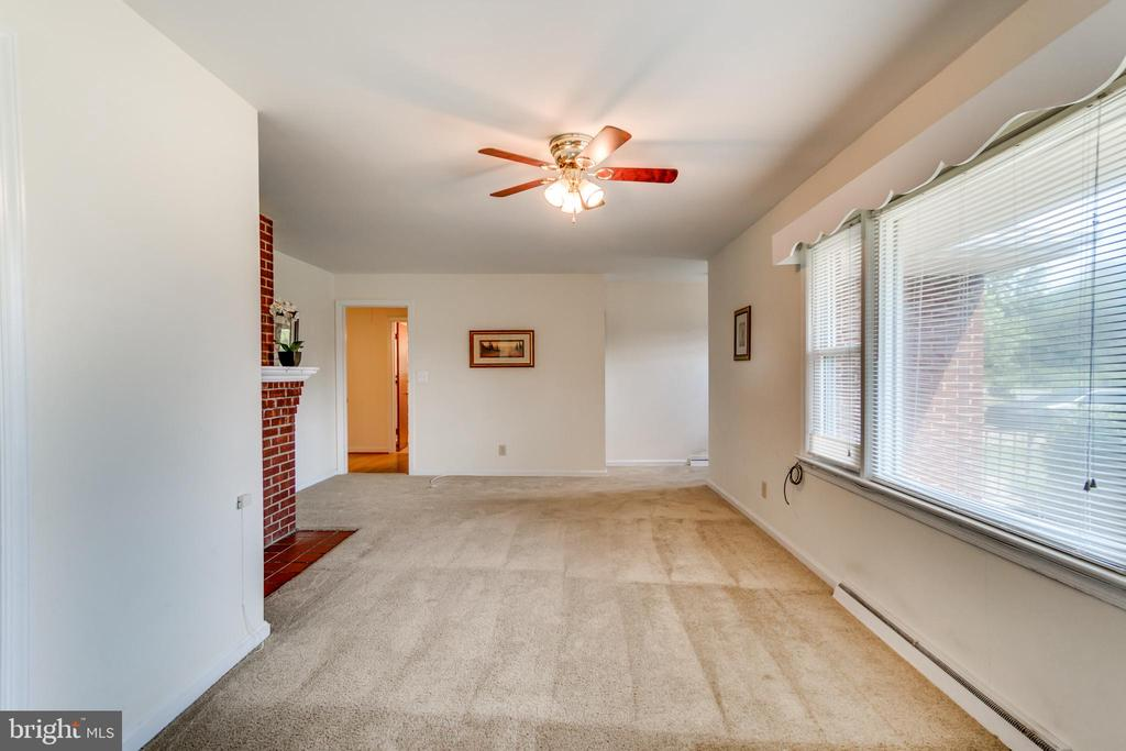 Bright and Cheerful with lots of Natural Light - 35 LEELAND RD, FREDERICKSBURG