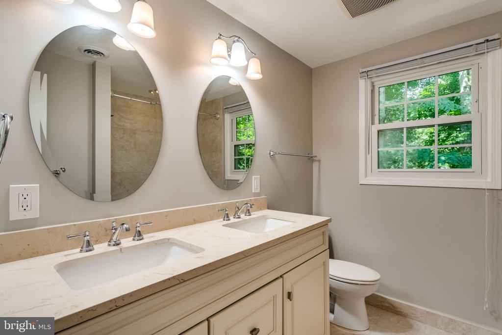 Full Bathroom UL - 9101 HUBER CT, BURKE