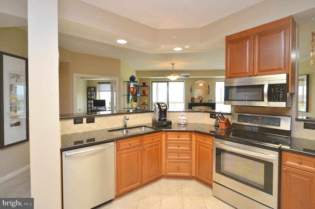 Gourmet Kitchen w/ Breakfast Bar - 19355 CYPRESS RIDGE TER #920, LEESBURG
