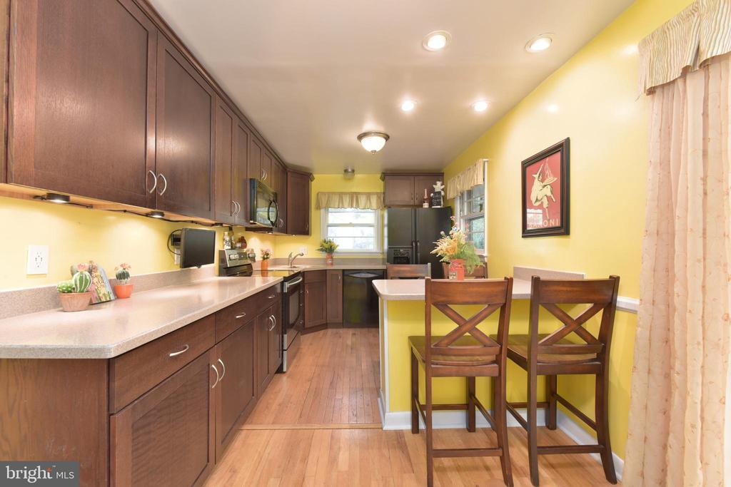 Renovated  eat-in kitchen - 8541 MOUNT ZEPHYR DR, ALEXANDRIA