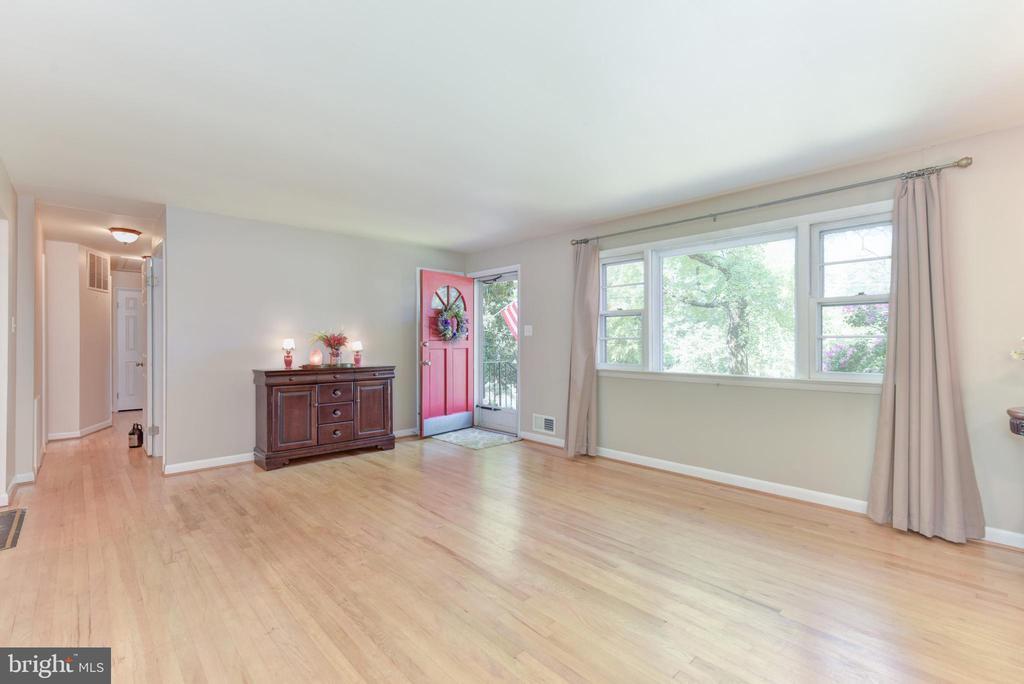Bright, spacious Living Room - 8541 MOUNT ZEPHYR DR, ALEXANDRIA