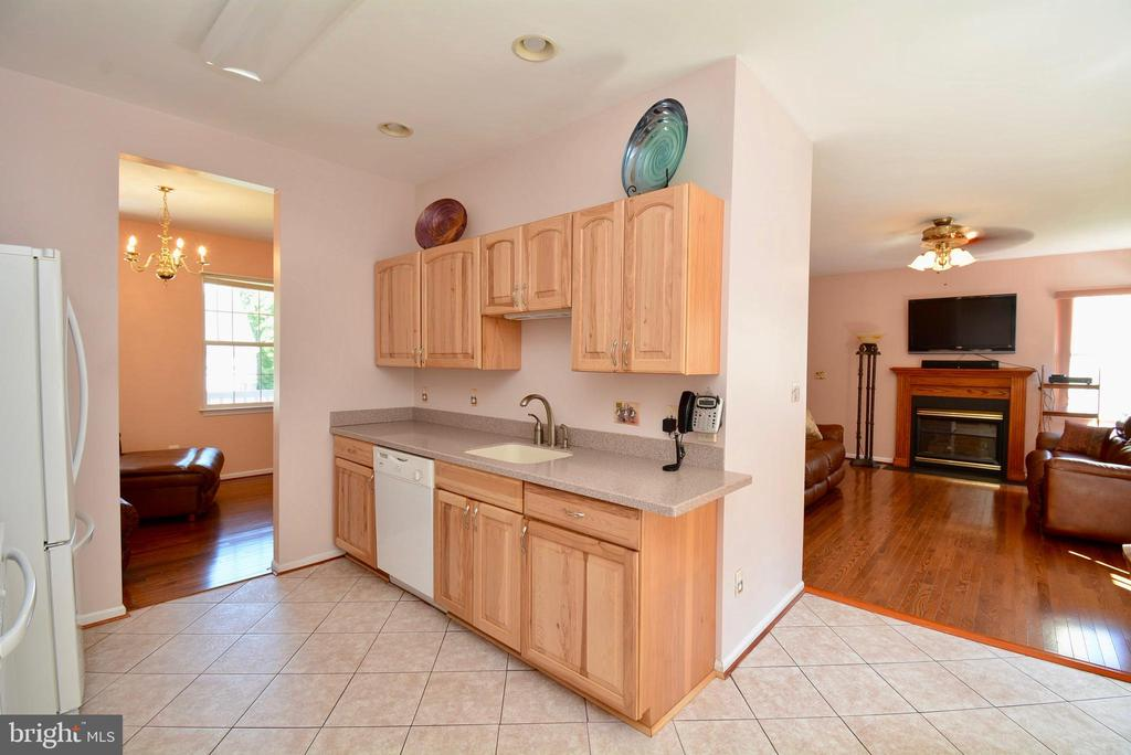 KITCHEN WITH HICKORY CABINETS - 35 BLOOMINGTON LN, STAFFORD