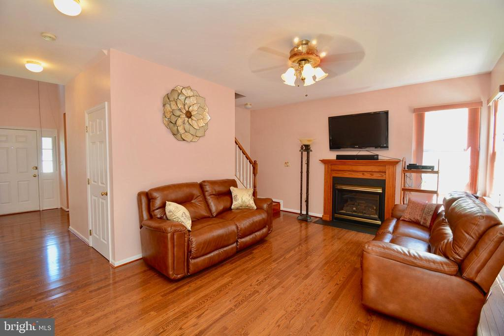 FAMILY ROOM WITH HARDWOOD FLOORS - 35 BLOOMINGTON LN, STAFFORD